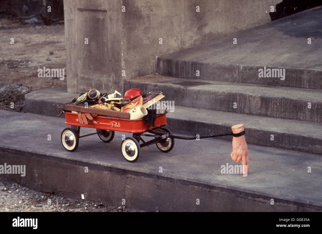 ADDAMS FAMILY / Addams Family USA 1991 / Barry Sonnenfeld Aufnahme des 'Eiskalten Händchens', das sich als Kurierdienst versucht, um der Addams Family zu helfen. Regie: Barry Sonnenfeld aka. Addams Family Stock Photo