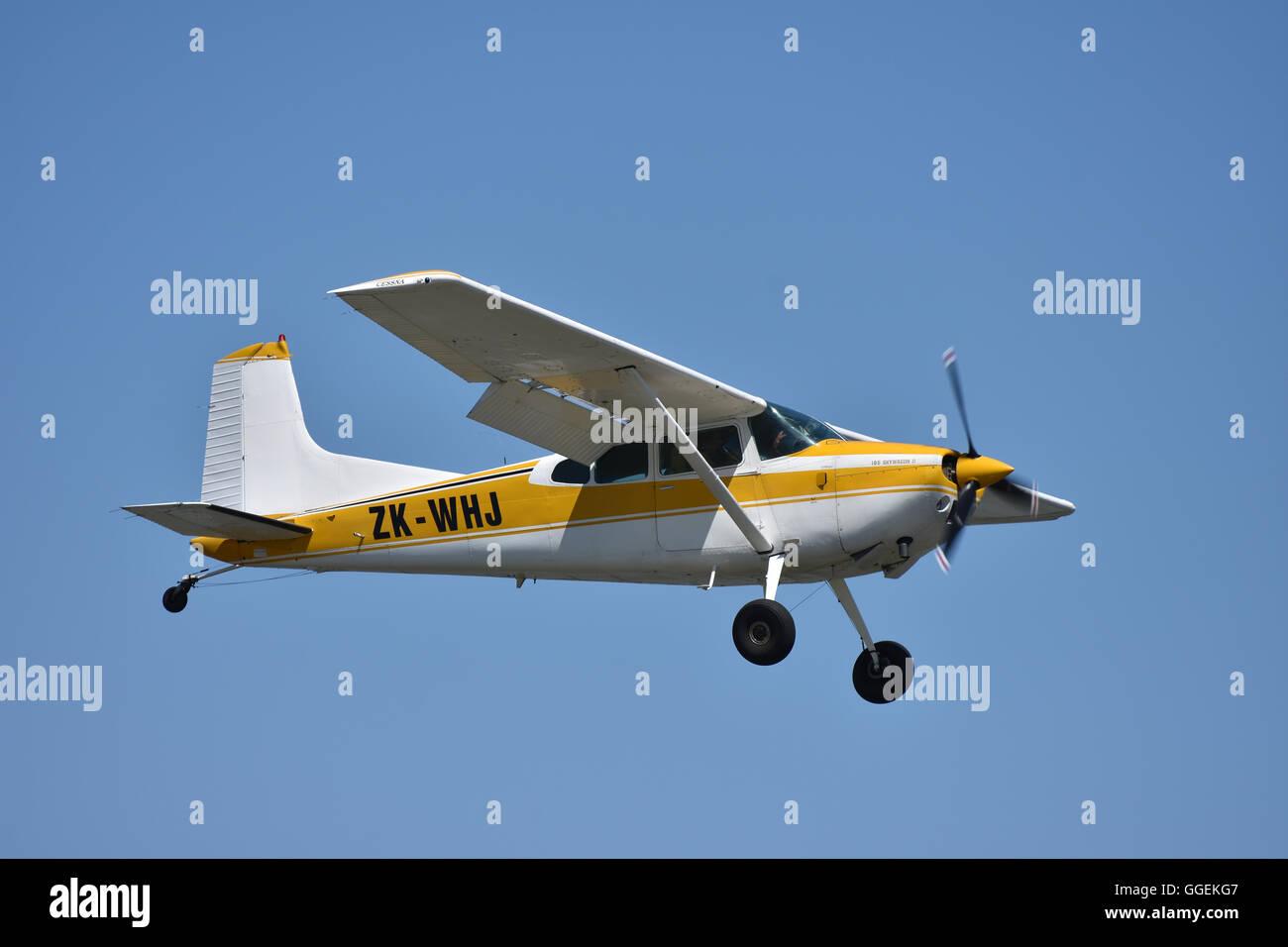 Cessna Skywagon airplane flying - Stock Image