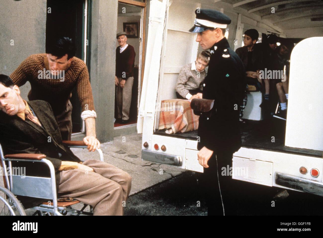 MEIN LINKER FUß / My Left Foot IRL/GB 1989 / Jim Sheridan Szene mit DANIEL DAY-LEWIS (Christy Brown, im Rollstuhl). - Stock Image