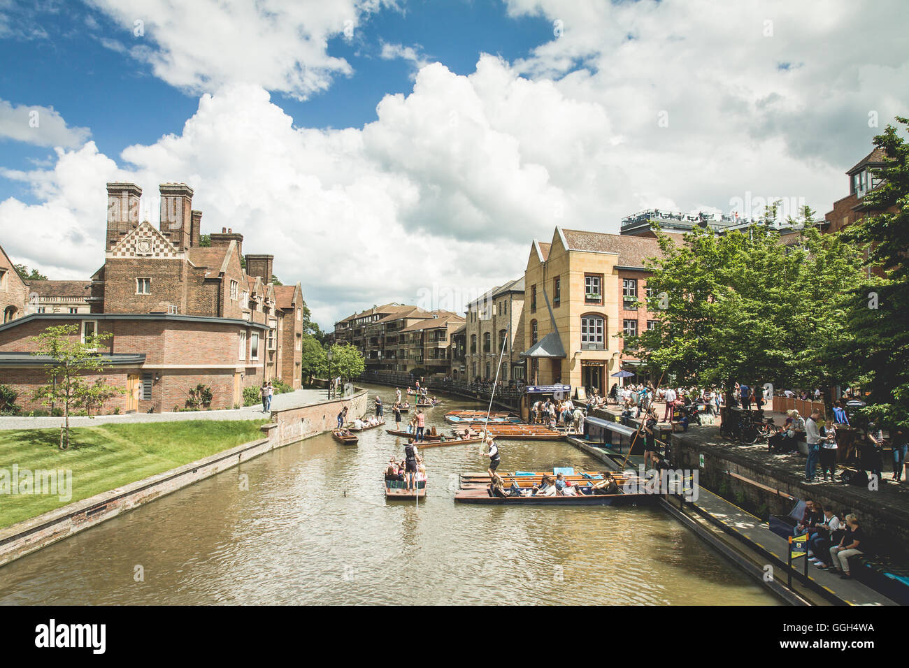 Cambridge view of the River and people having fun punting in a sunny day - Stock Image