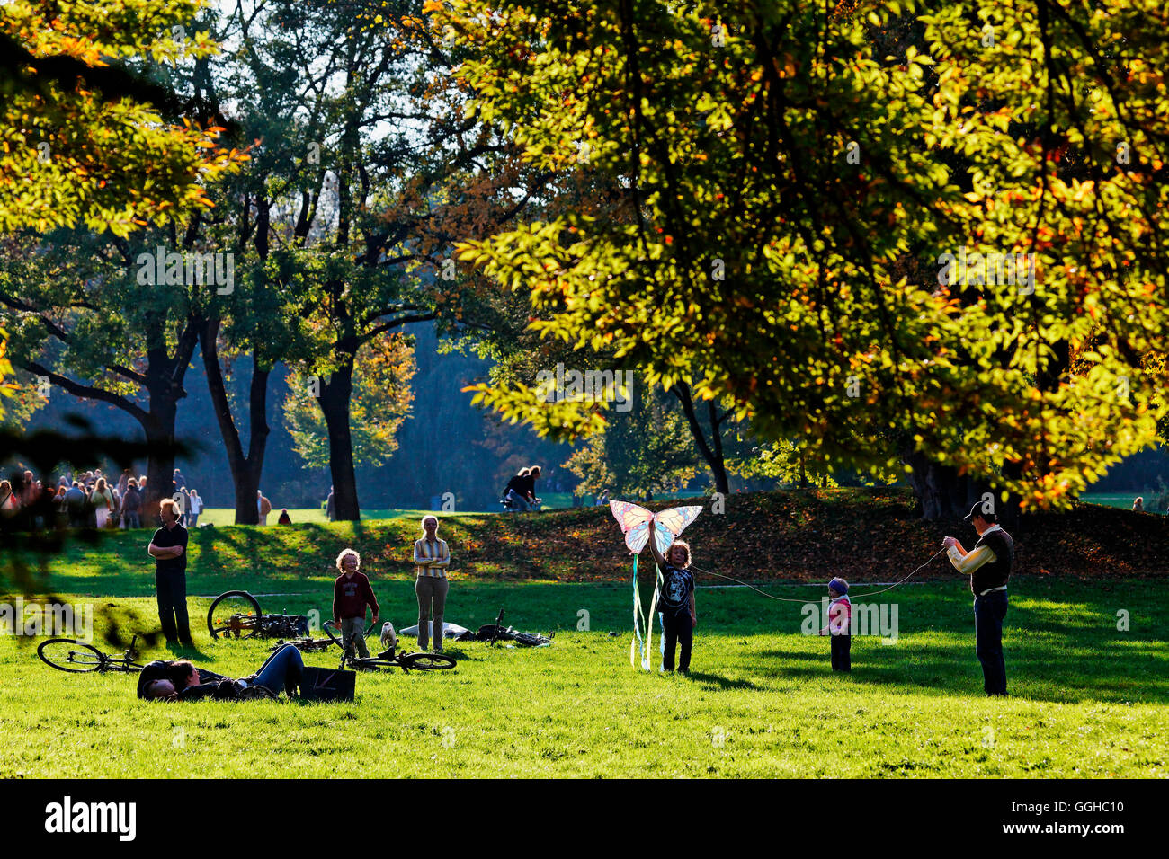 Children flying kites, Englischer Garten, Munich, Upper Bavaria, Bavaria, Germany - Stock Image