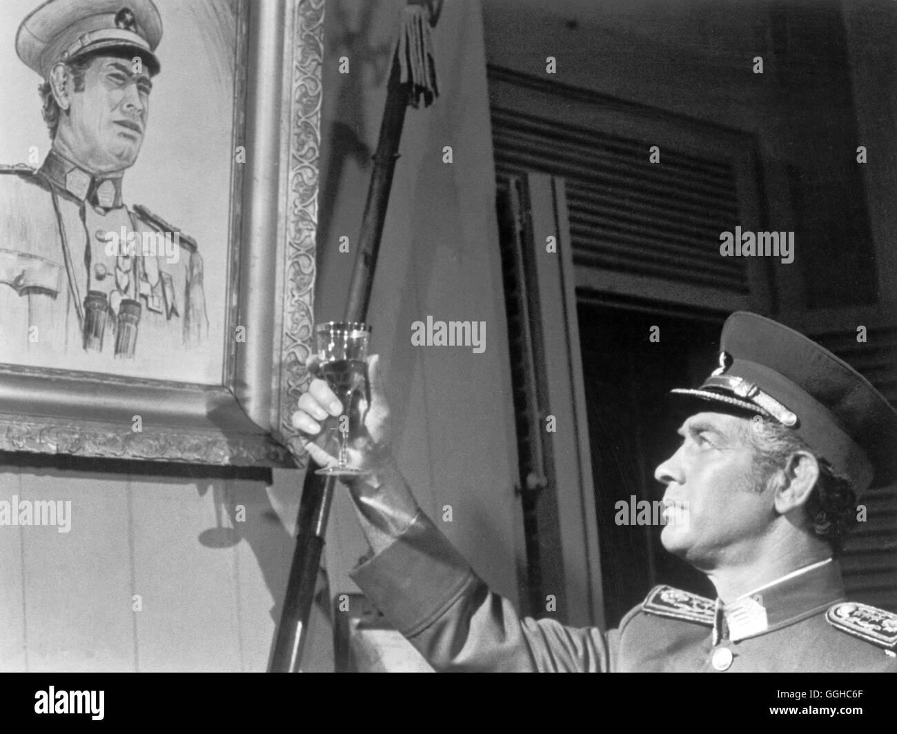 LA ISLA DE LOS HOMBRES SOLOS / Mexiko / Rene Cardona Filmszene: Offizier prostet Gemälde zu Regie: Rene Cardona - Stock Image