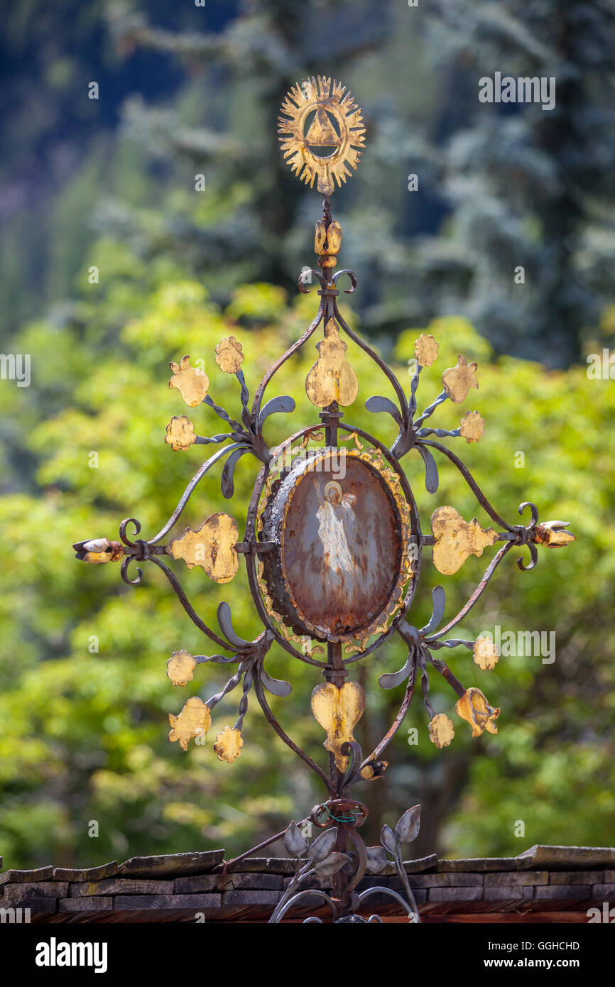 geography / travel, Italy, South Tyrol, old cemetery cross on the cemetery of Lappach, Tauferer Ahrntal (Ahrn Valley) - Stock Image
