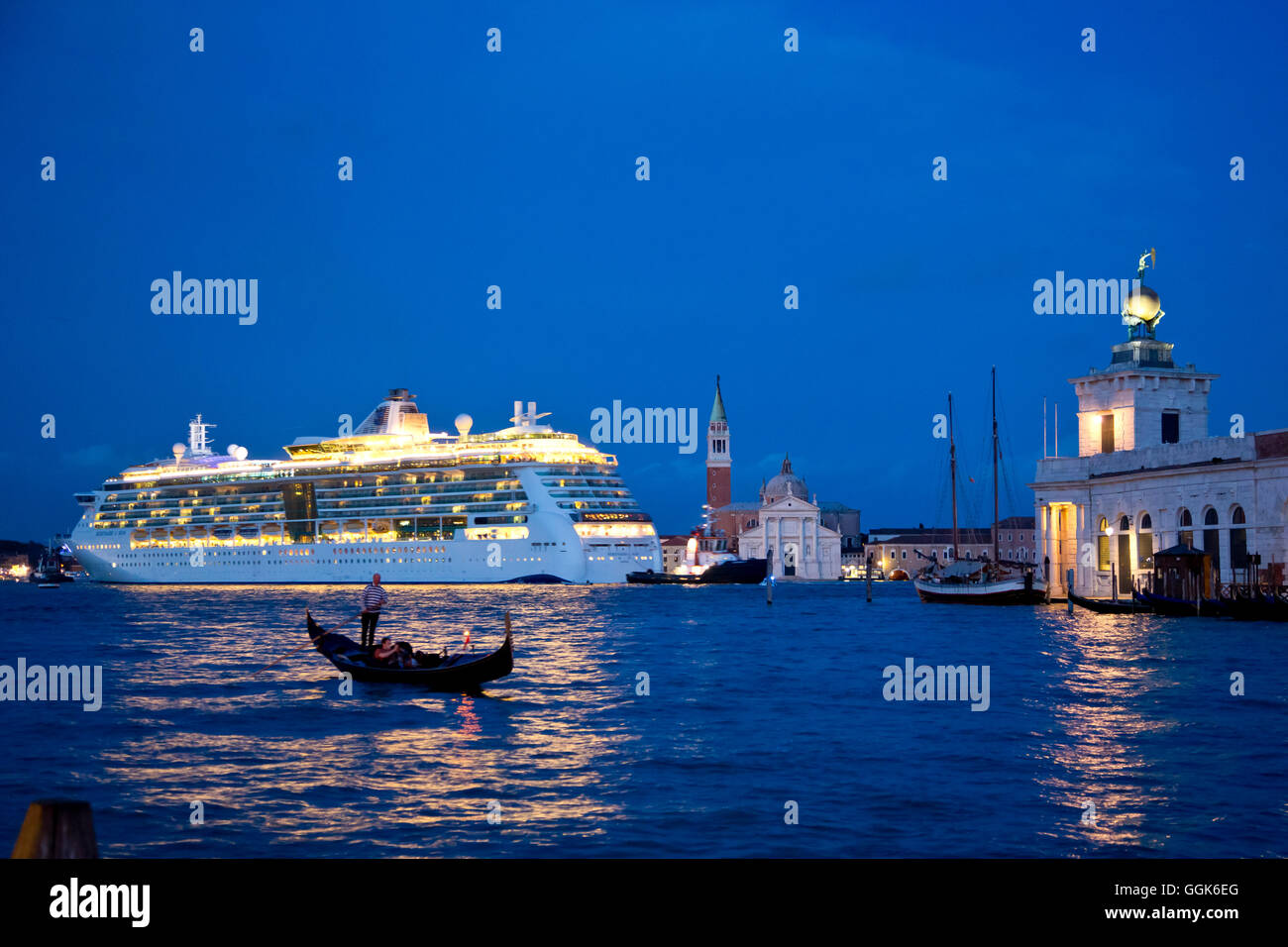 Silhouette of a gondola in front of cruise ship Serenade of the Seas (Royal Caribbean International) passing Isola - Stock Image