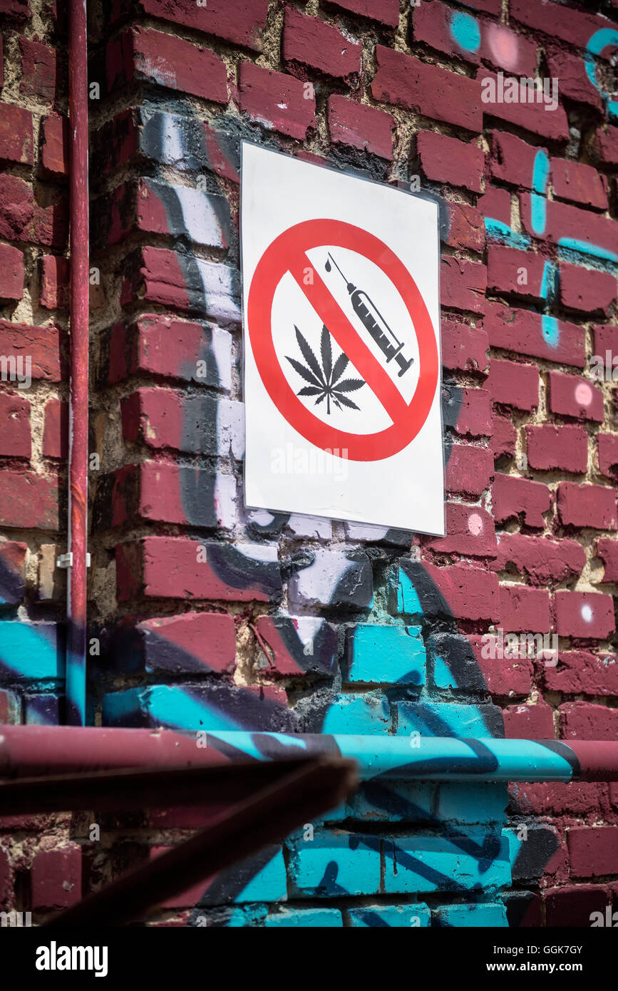Prohibition sign for drug usage on a wall sprayed with Graffiti in Berlin Friedrichshain, Berlin, Germany - Stock Image
