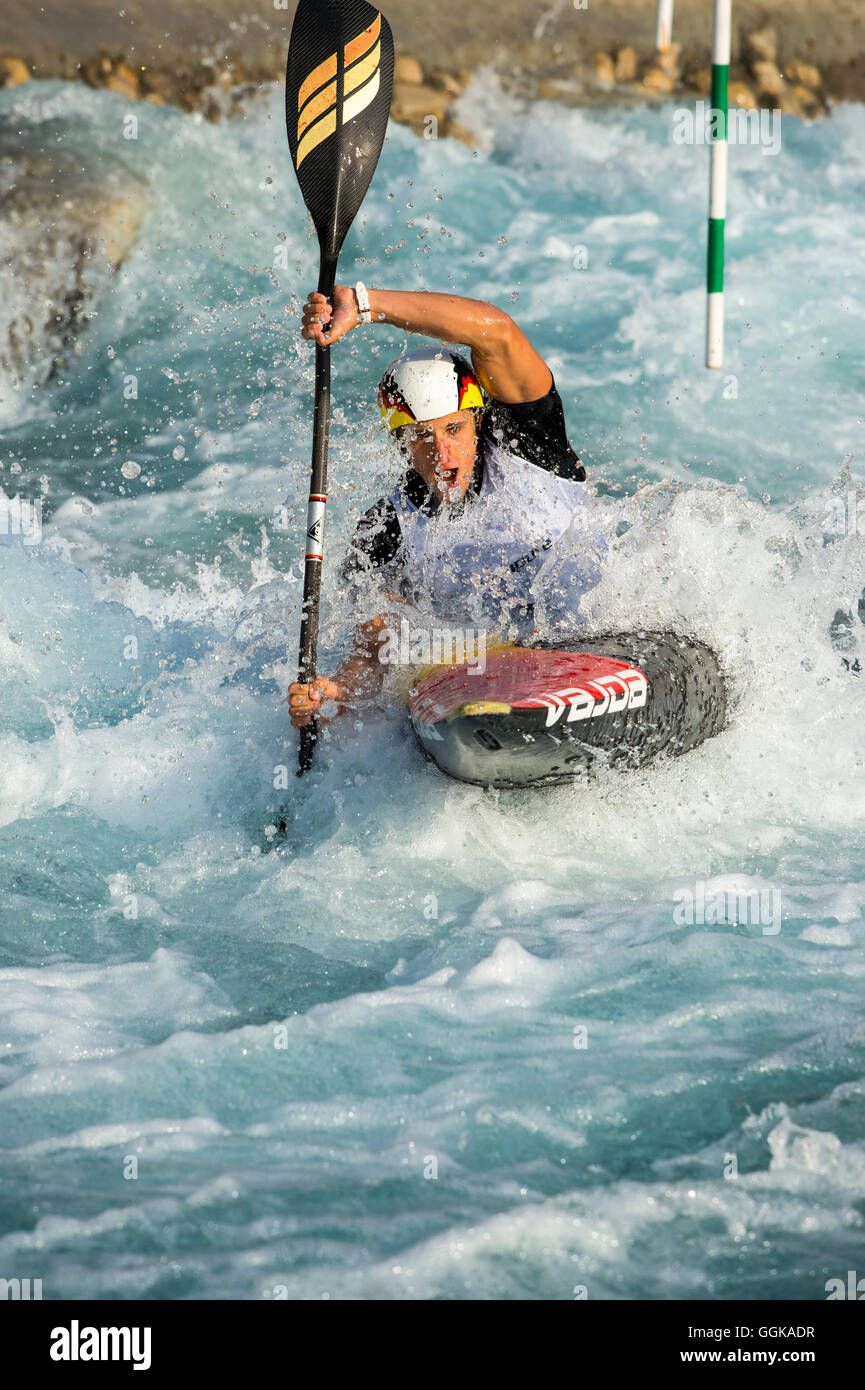 Slalompaddler breaks through wave, Al-Ain, Dubai, UAE - Stock Image