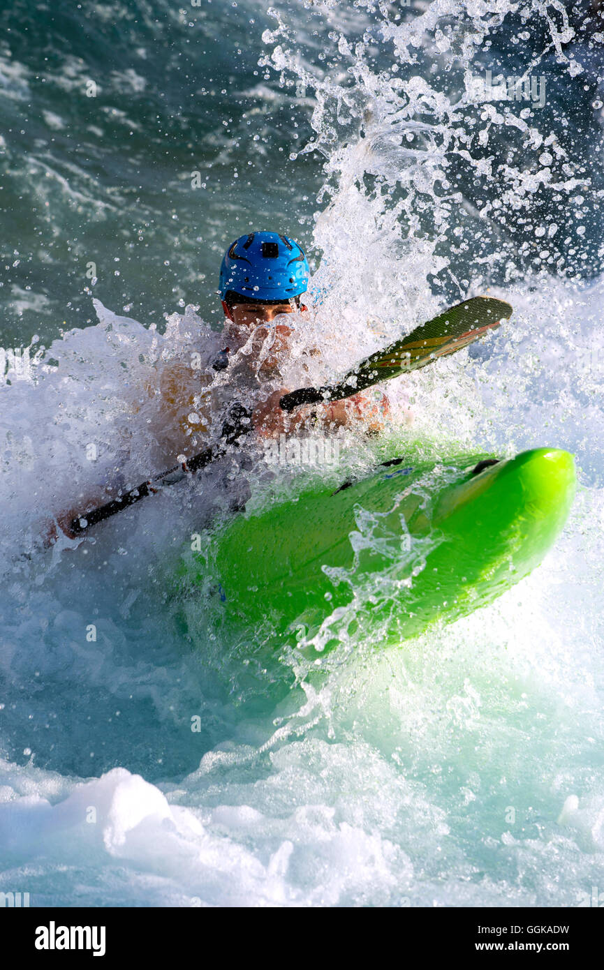 Paddler breaks through wave, Al-Ain, Dubai, UAE - Stock Image