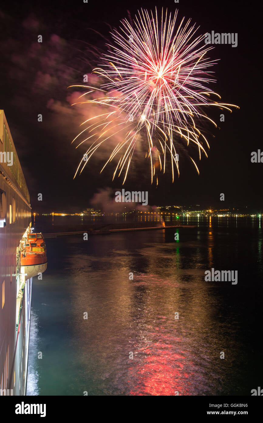 Fireworks illuminating the harbour in celebration of the inaugural visit of cruise ship MS Deutschland (Reederei - Stock Image