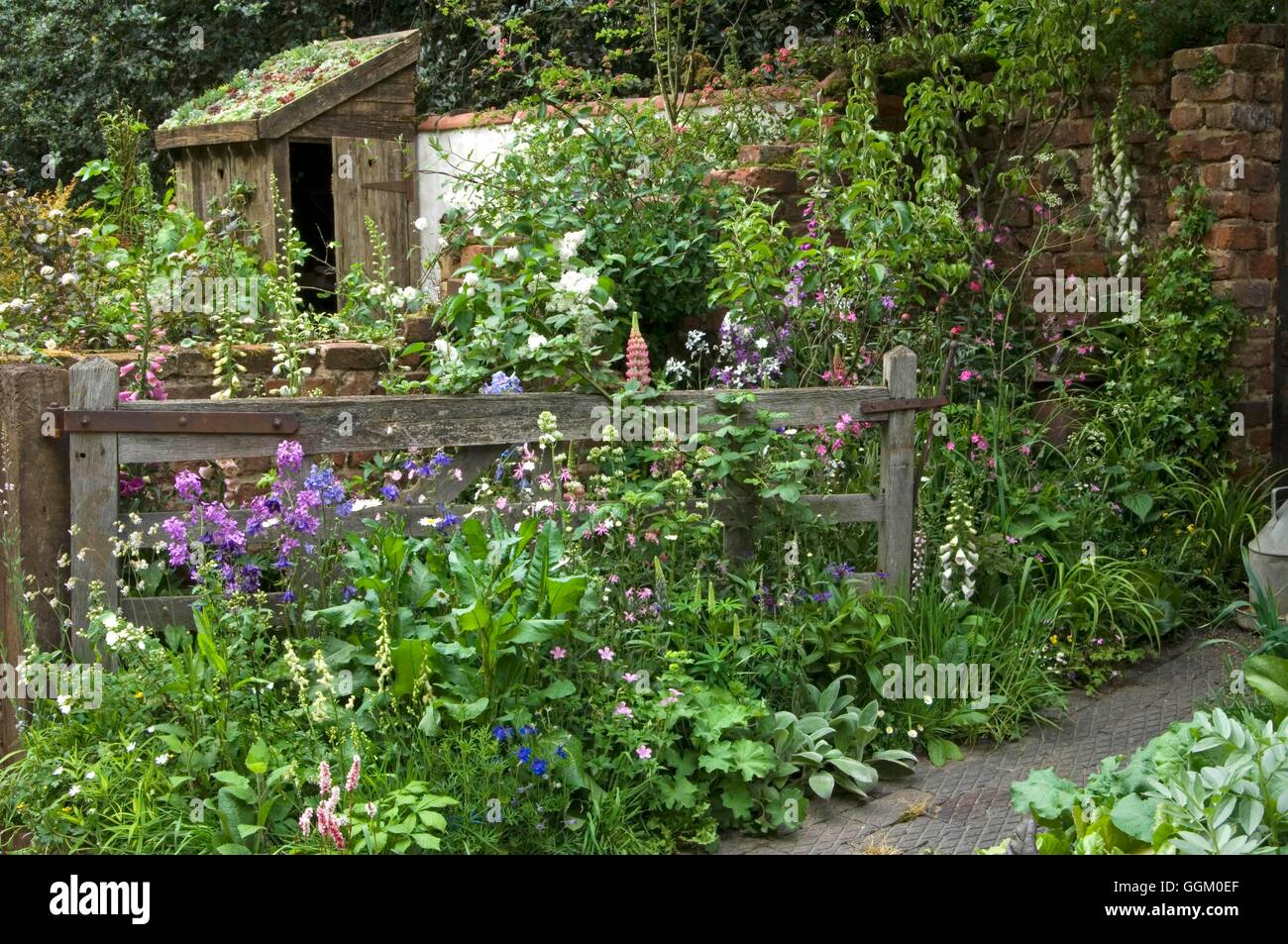 chelsea flower show 2007- part of 'the old gate' garden by adam