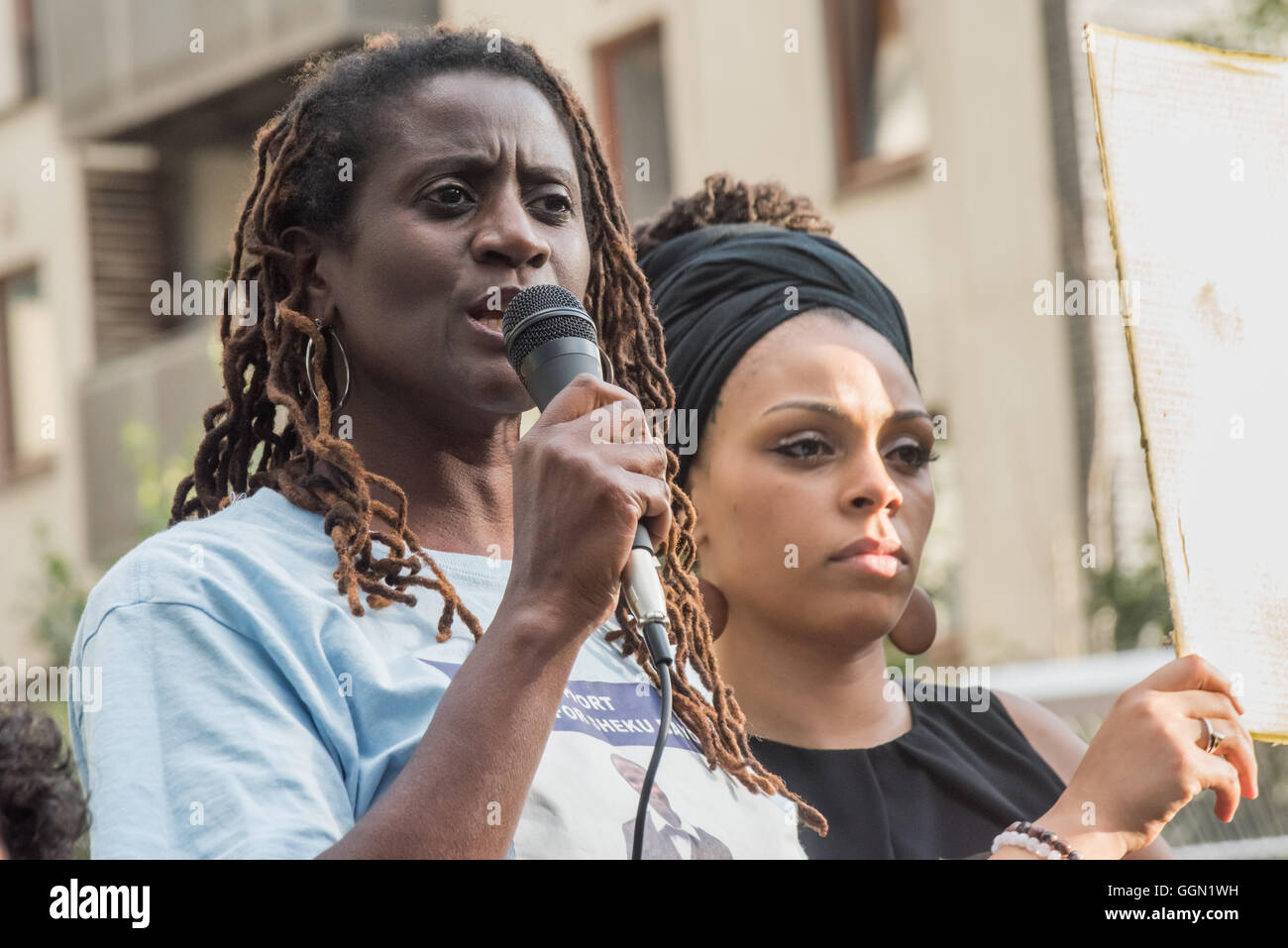 London, UK. 5th Aug, 2016. A relative of Sheku Bayoh, killed by police in Scotland in 2015 speaks at the rally five - Stock Image