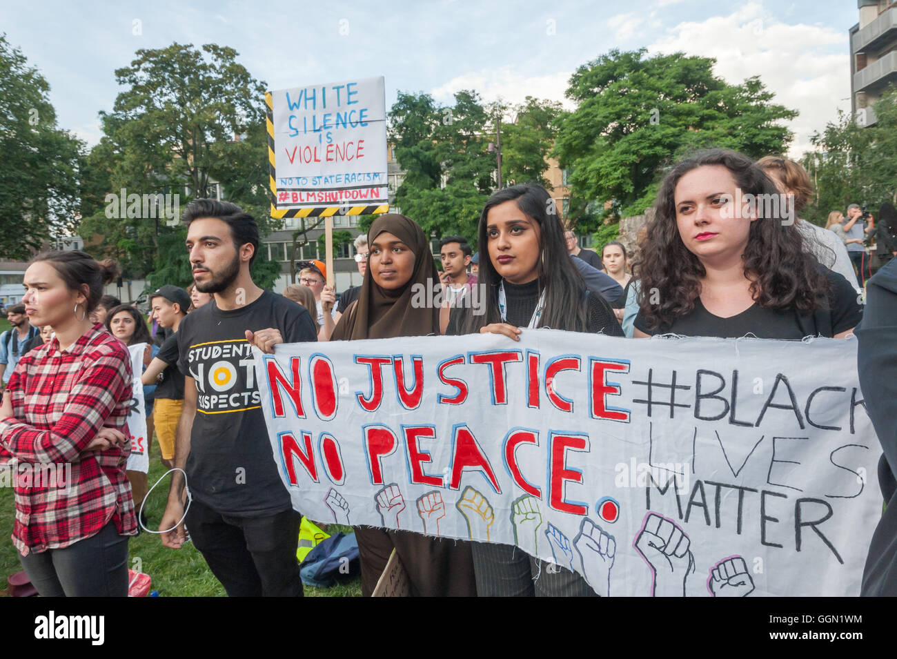 London, UK. 5th August 2016. Five years and a day after the killing of Mark Duggan a large crowd meets in Altab - Stock Image