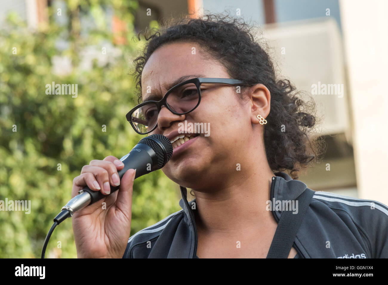 London, UK. 5th Aug, 2016. Antonia Bright of Movement for Justice speaks in Altab Ali Park in East London about - Stock Image