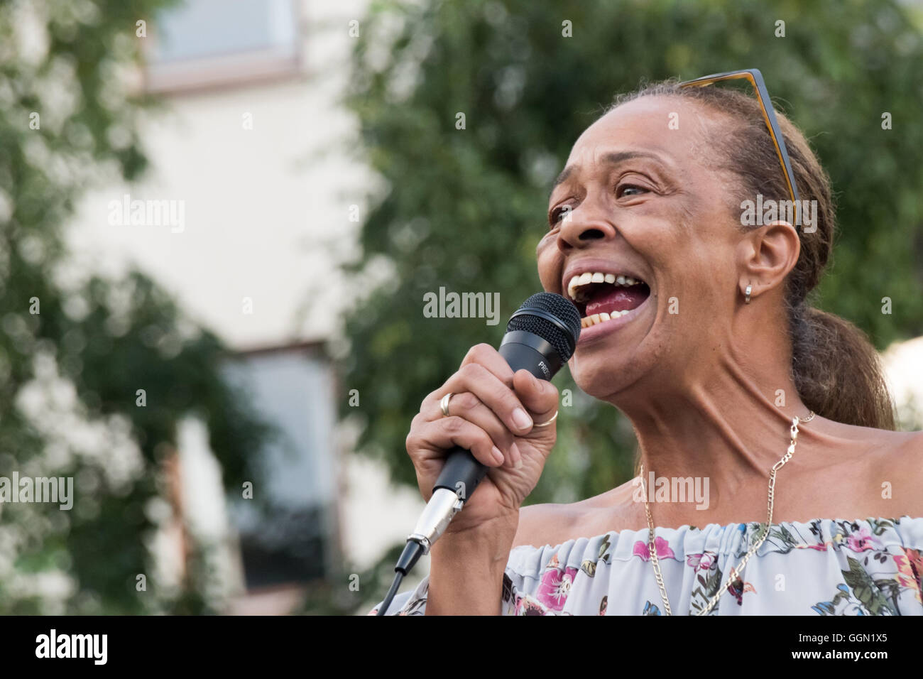 London, UK. 5th Aug, 2016. Stephanie Lightfoot-Bennett whose twin brother Leon Patterson was killed by police in - Stock Image