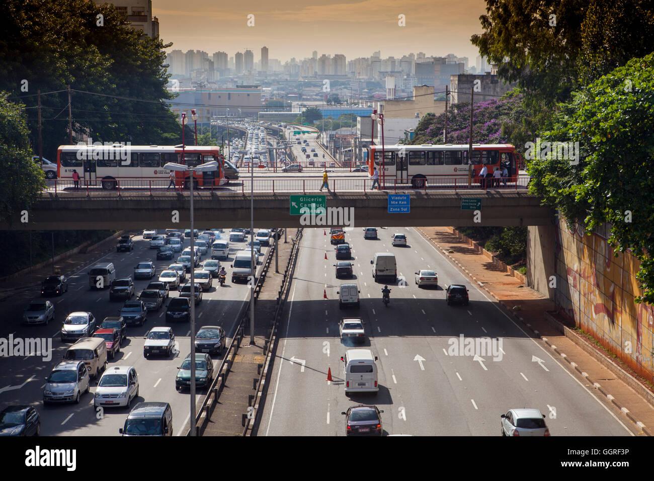 Traffic on Avenida 23 de Maio in Sao Paulo city centre - Stock Image