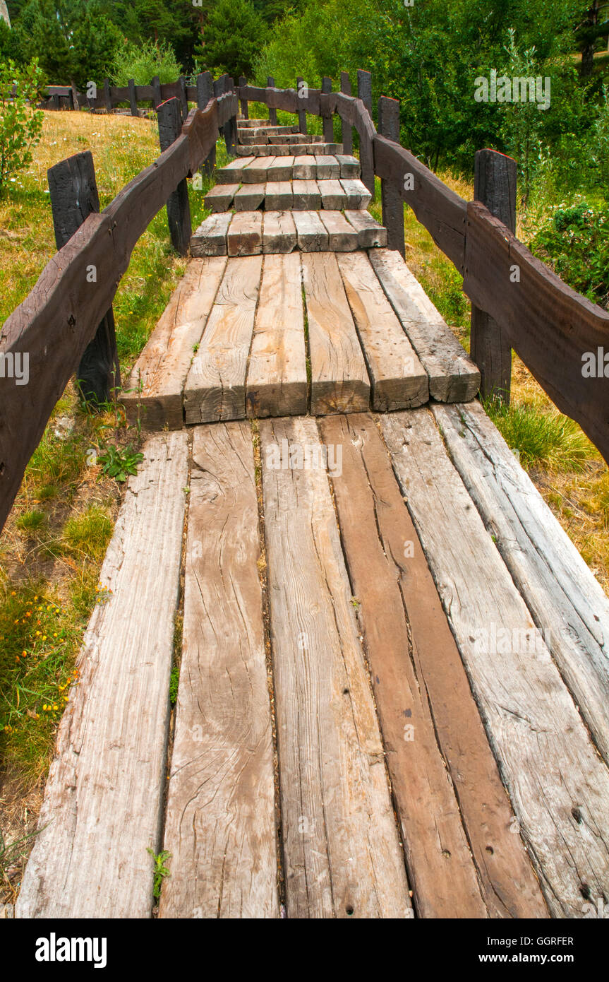 Wooden walkway. Los Cotos mountain pass, Sierra de Guadarrama National Park, Madrid province, Spain. - Stock Image