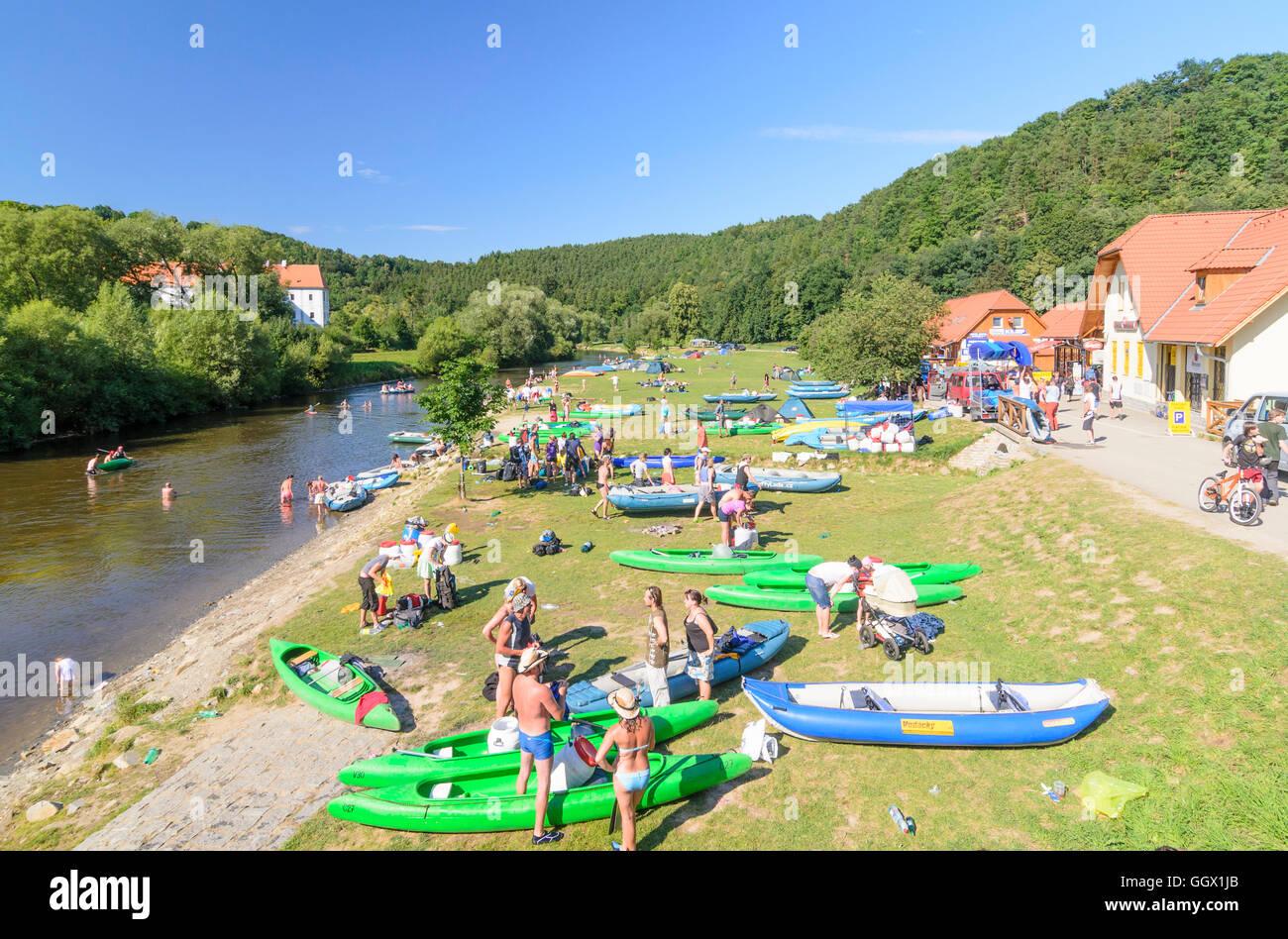 Zlatá Koruna (Goldenkron): Vltava (Moldau) River with paddlers and Monastery, Czech, Jihocesky, Südböhmen, - Stock Image