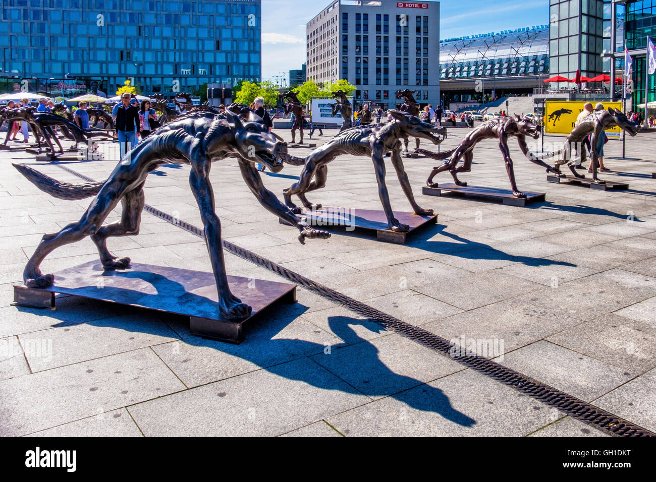Berlin, Germany. 7th August 2016. Artist, Rainer Opolka's has installed 66 bronze wolves at the Washington Square - Stock Image