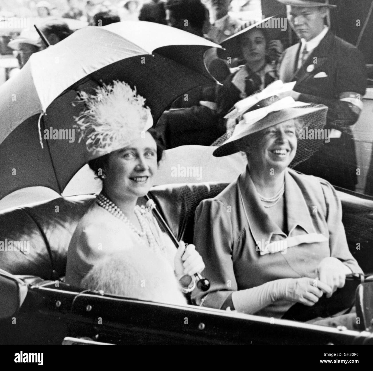 Queen Elizabeth (1900-2002), wife of King George VI, with Eleanor Roosevelt (1884-1962), wife of the American President. - Stock Image