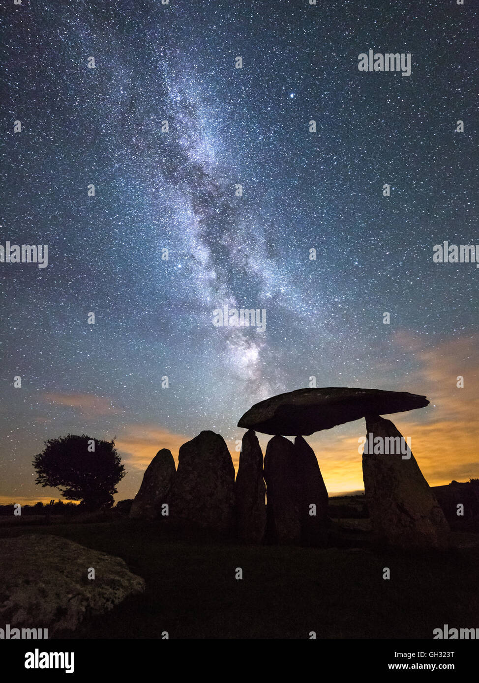 Milky Way streaks over the Pentre Ifan burial chamber in the Preseli mountains, Pembrokeshire. A chambered tomb - Stock Image