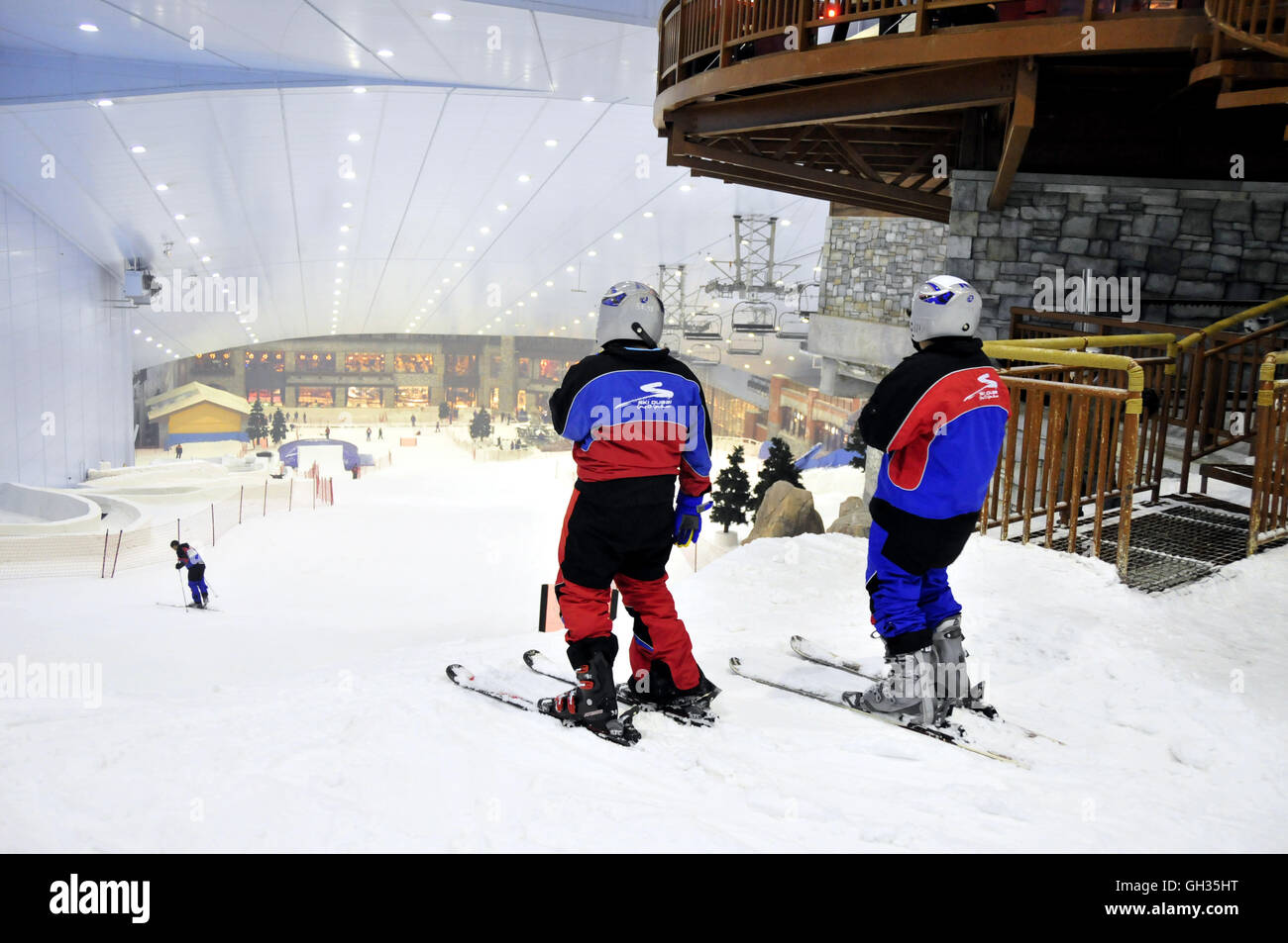 geography / travel, United Arab Emirates, Dubai, skier in the indoor skiing hall ski in the out of one's senses - Stock Image