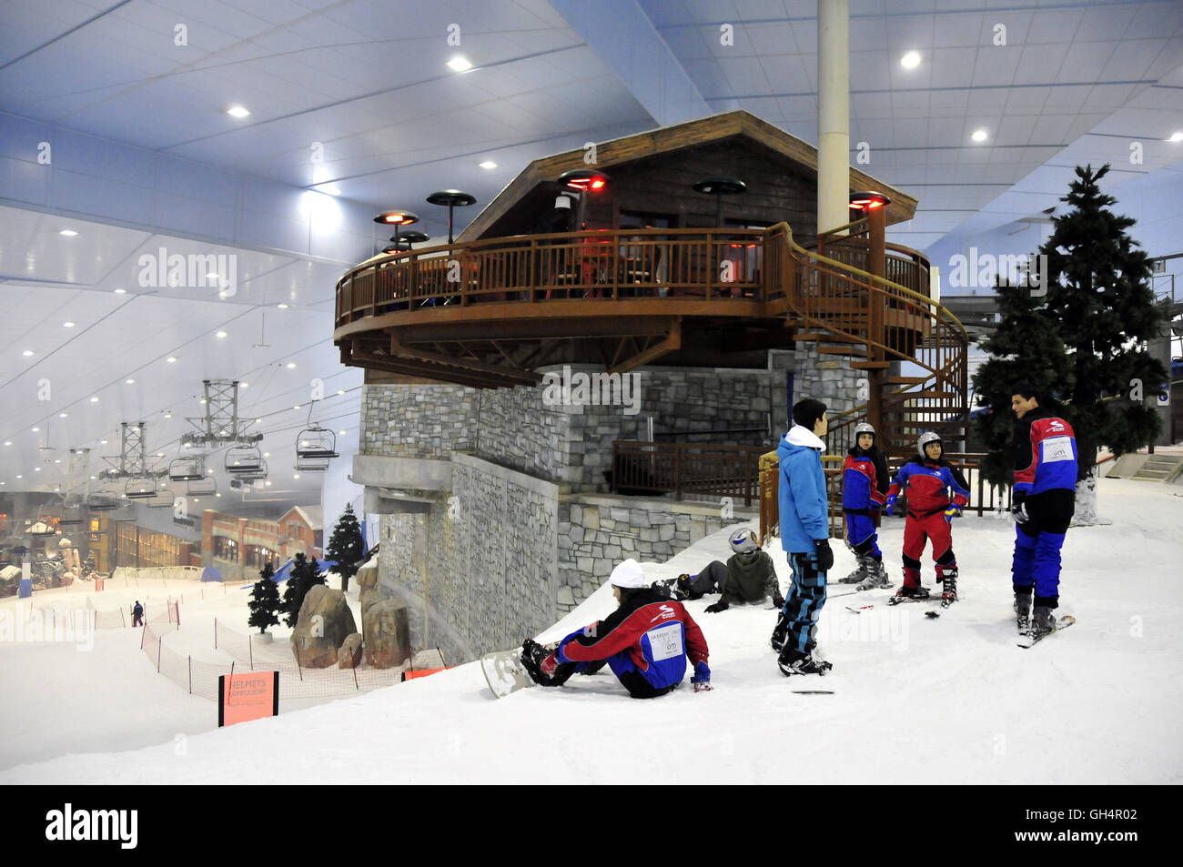 geography / travel, United Arab Emirates, Dubai, snowboarder in the indoor skiing hall ski in the out of one's - Stock Image