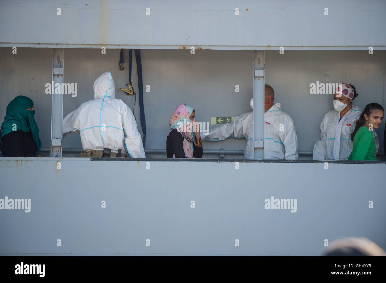 Corigliano Calabro, Italy. 31st July, 2016. Trhee Pakistani women during the phases of landing of 837 sub-Saharan - Stock Image