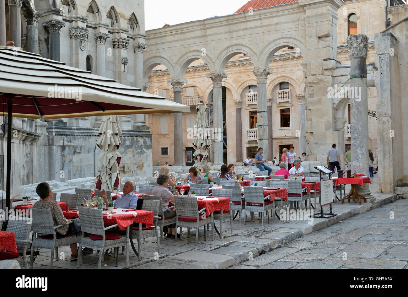 geography / travel, Croatia, restaurant at peristyle, square court, before the cathedral Sveti Duje from the 10th - Stock Image