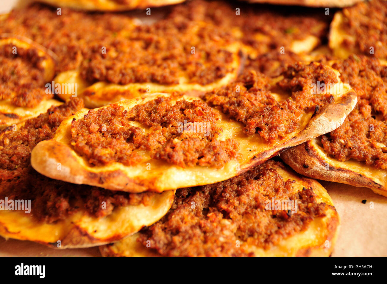 https://c8.alamy.com/comp/GH5ACH/arab-pizza-with-minced-lamb-paprika-and-tomato-in-a-restaurant-in-GH5ACH.jpg