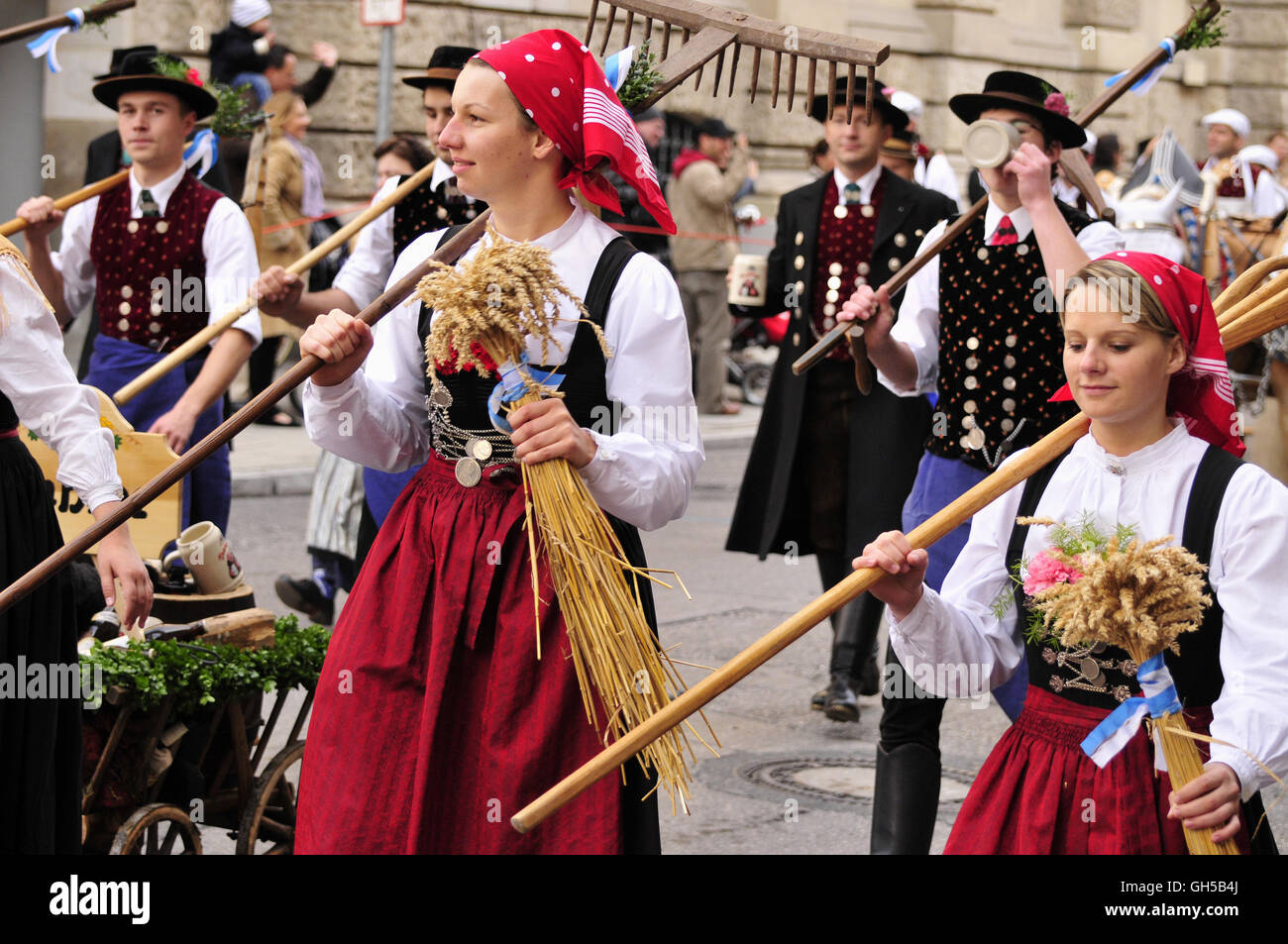 geography / travel, Germany, Bavaria, Munich, performers in traditional costumes on the traditional procession in - Stock Image