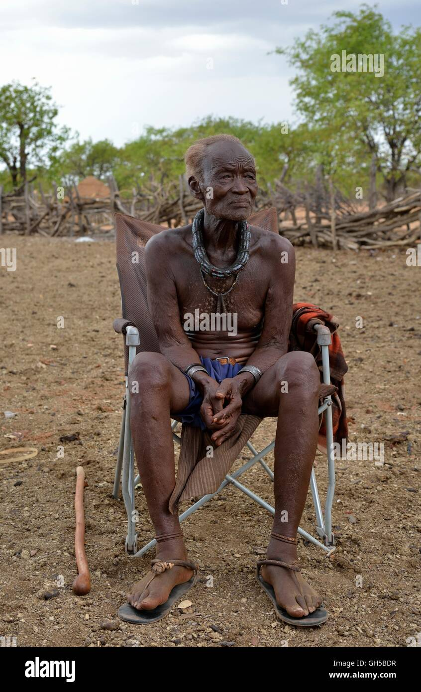 geography / travel, Namibia, chief Hikuminue Kapika, of the chief of the Namibian Himba, in his kraal near the village - Stock Image