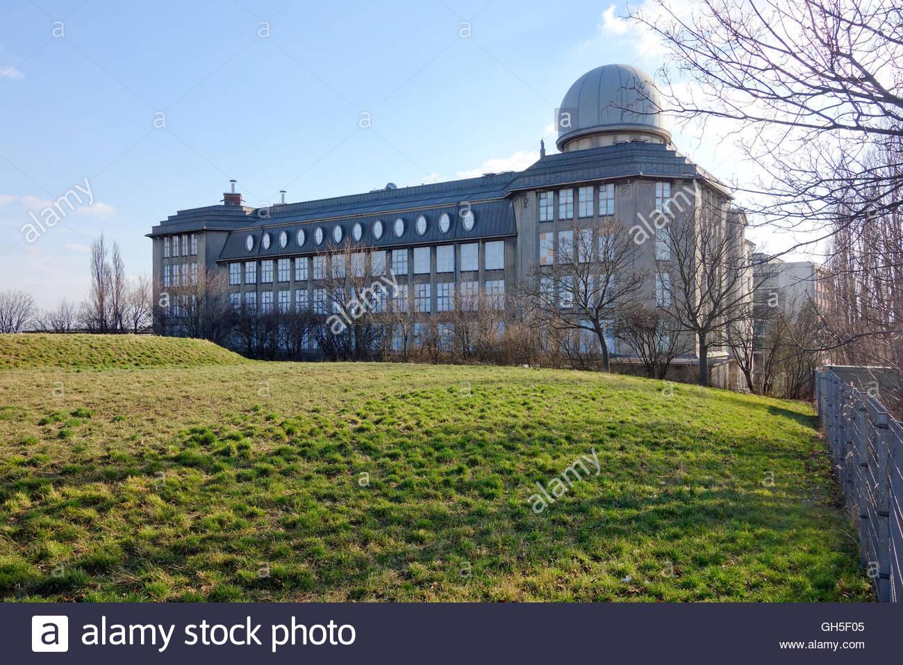Wien, ehemalige Zeiss-Werke von Robert Oerley, 1917 (1916/1917 lässt die Firma Zeiss ein Industriegebäude - Stock Image