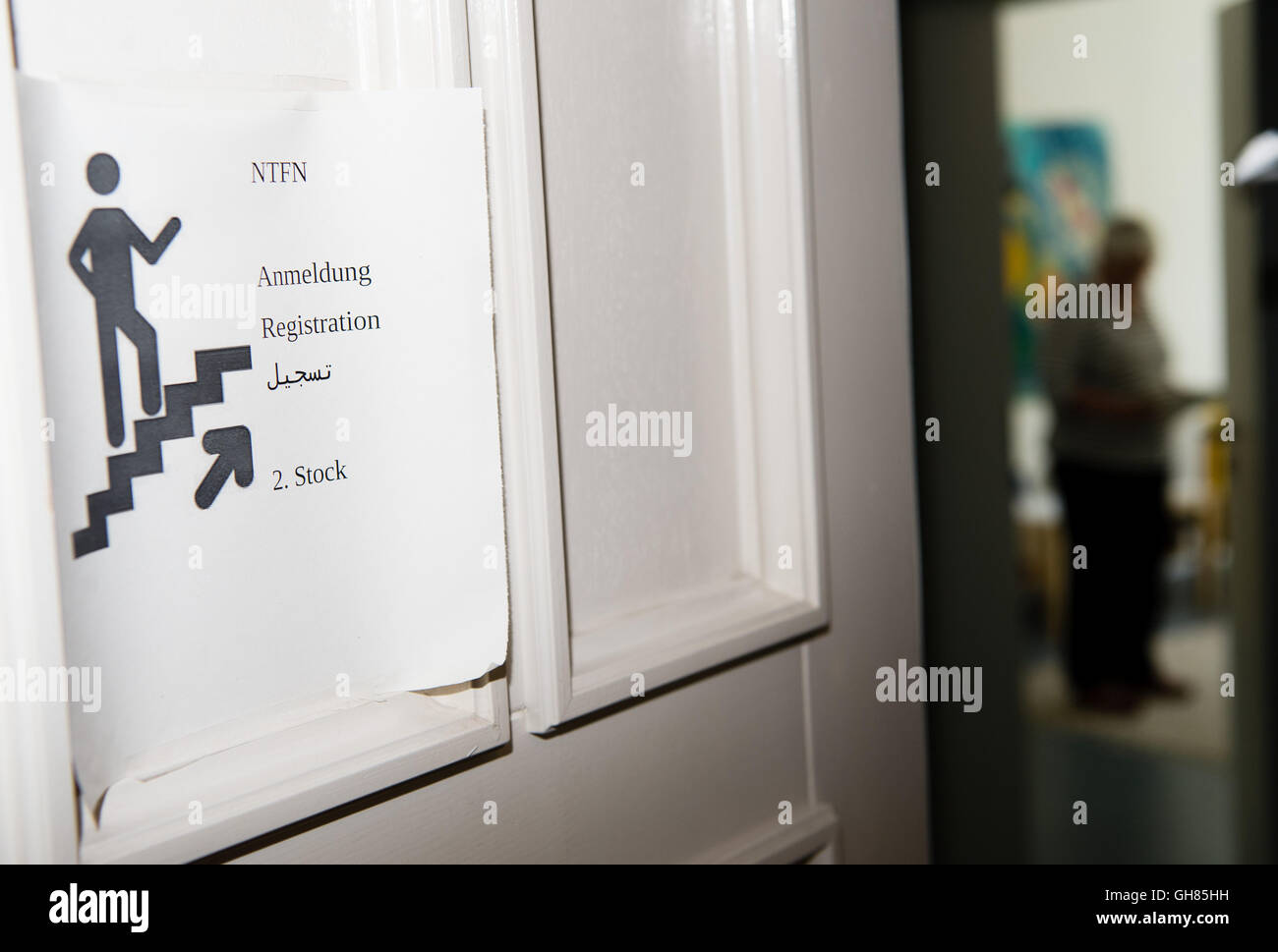 Hanover, Germany. 05th Aug, 2016. A sign in English, German, and Arabic hangs on an open door at the Network for - Stock Image