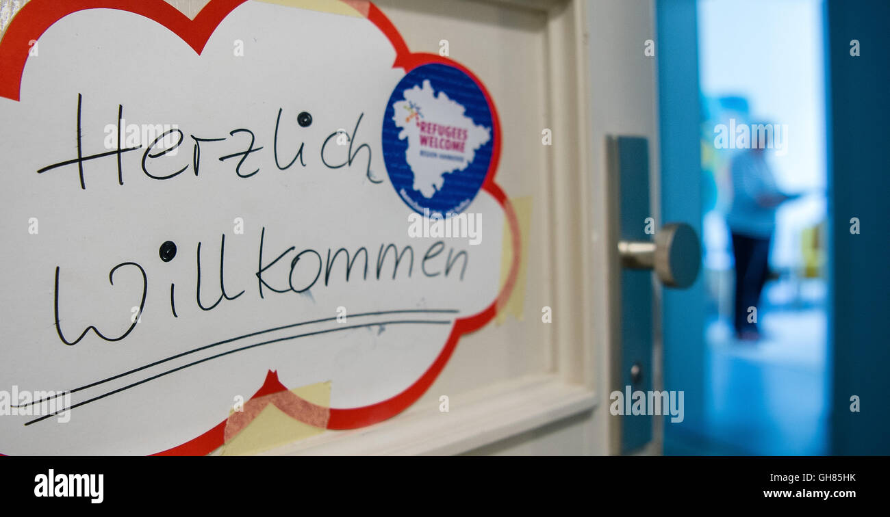 Hanover, Germany. 05th Aug, 2016. A sign written with 'welcome' and 'refugees welcome' hangs on - Stock Image