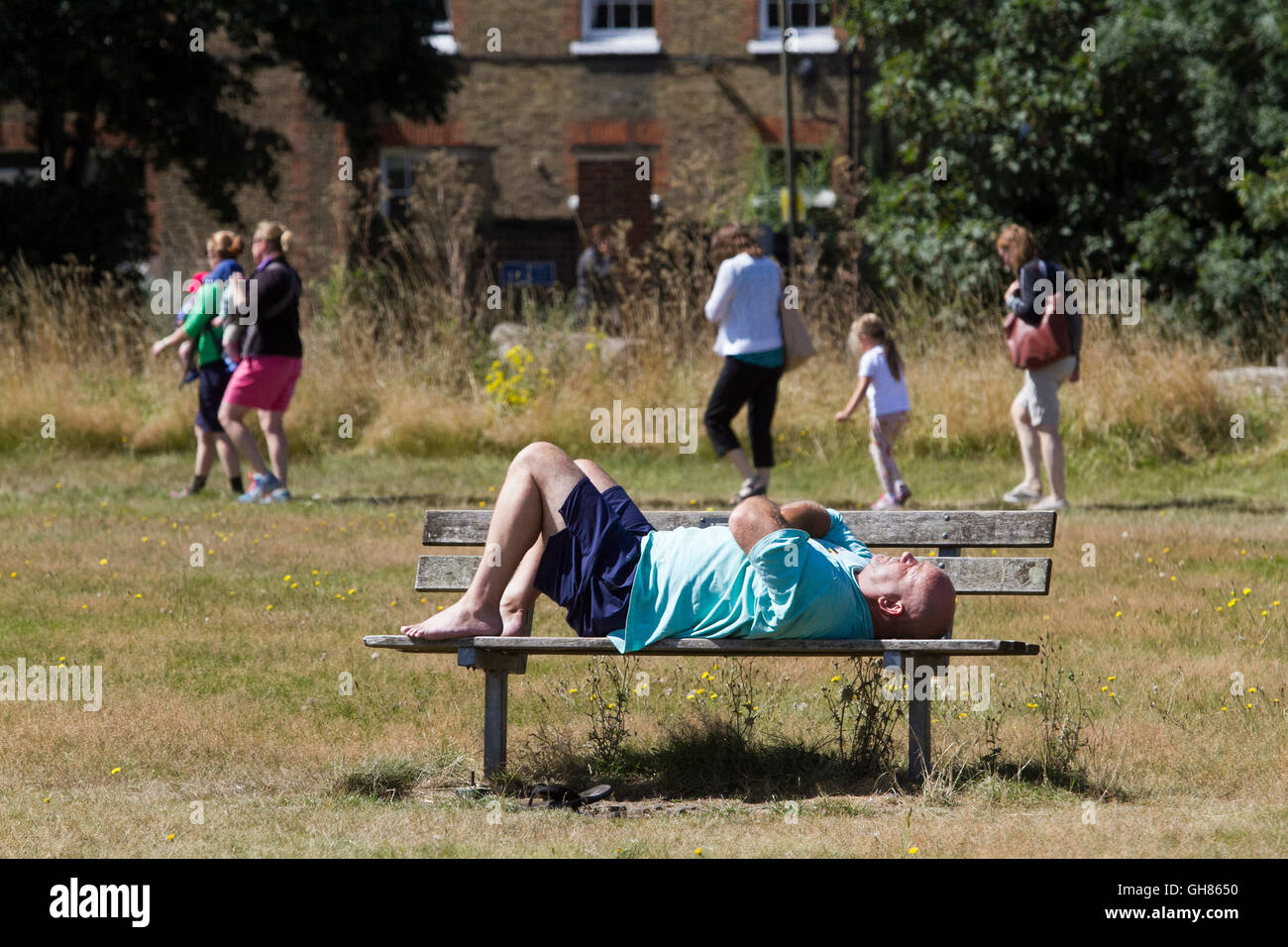 London, UK. 9th August 2016. A man snoozes on a bench in the sunshine  on Wimbledon Common Credit:  amer ghazzal/Alamy - Stock Image