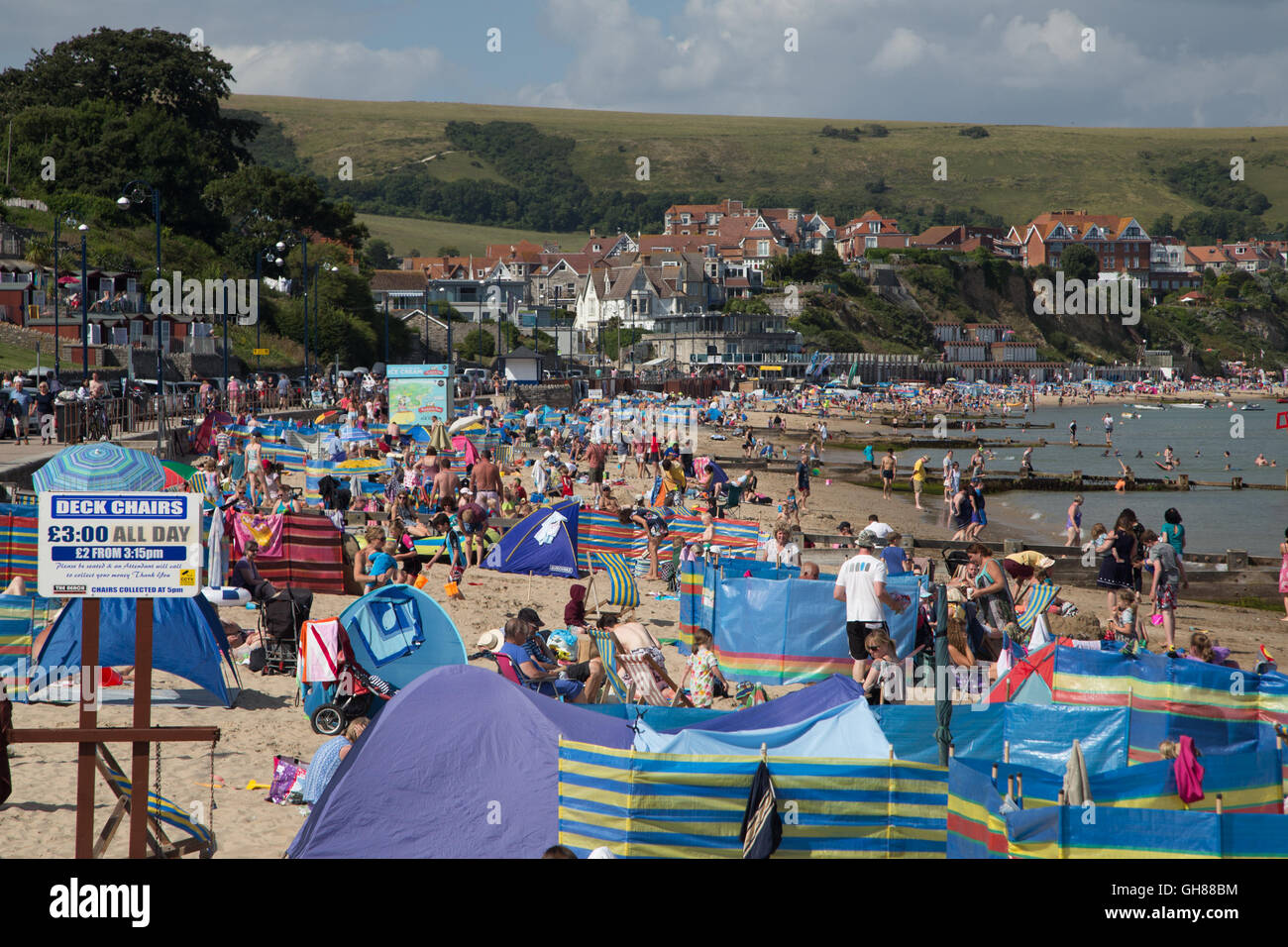 Swanage Bay, Dorset, UK. 9th August, 2016. UK Weather: The heat wave weather continues this week as hundreds of - Stock Image