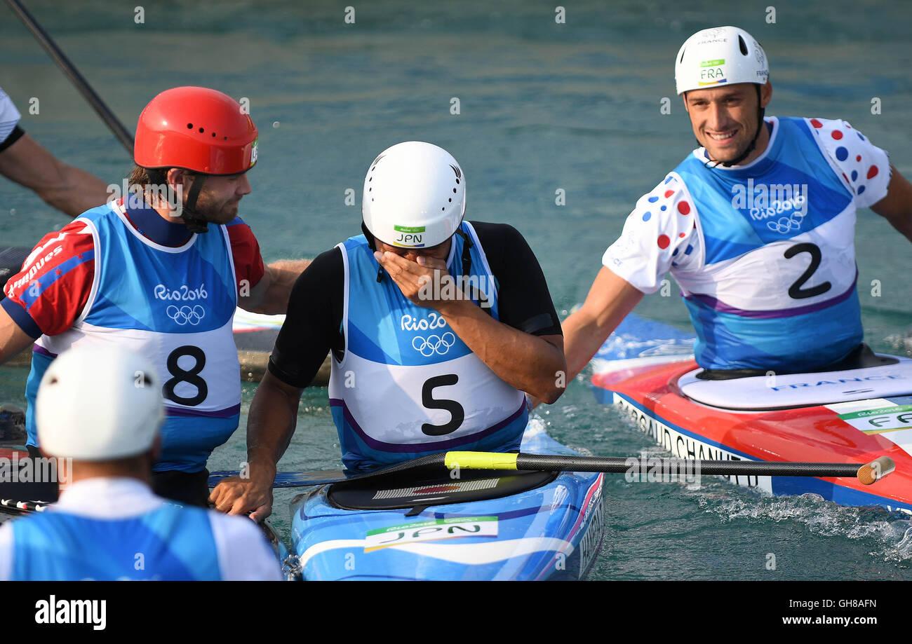 Rio de Janeiro, Brazil. 09th Aug, 2016. Takuya Haneda (JPN) is consoled by Casey Eichfeld (USA, 8) and the winner - Stock Image