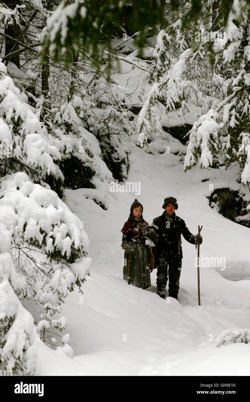 Sanna (JOSEFINA VILSMAIER) und Konrad (FRANCOIS GÖSKE) verirren sich im dicht verschneiten Wald. Regie: Joseph Vilsmaier aka. Bergkristall Stock Photo