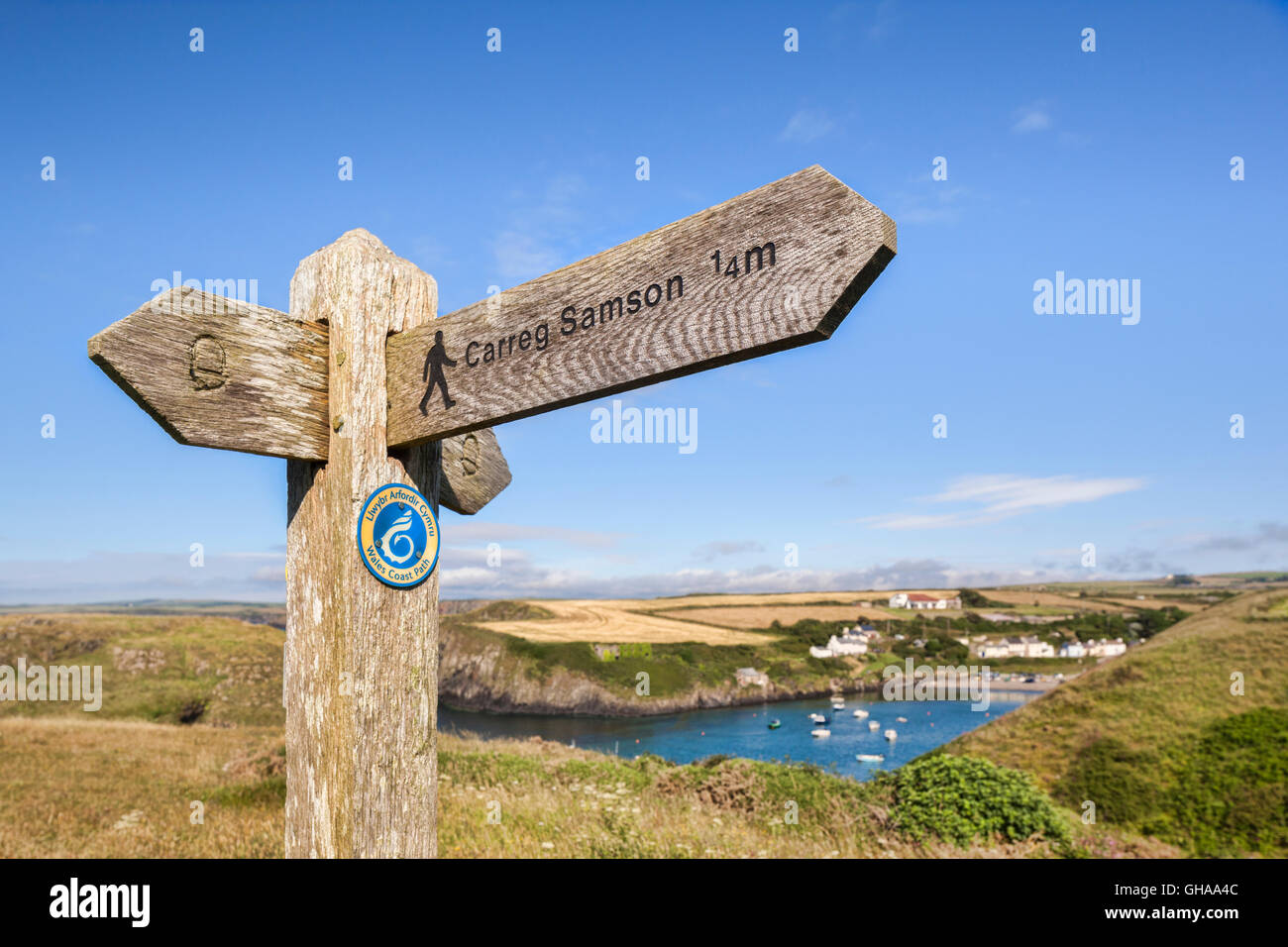 Signpost showing a footpath to Carreg Samson, a Neolithic dolmen grave on the Pembrokeshire coast of Wales, with - Stock Image