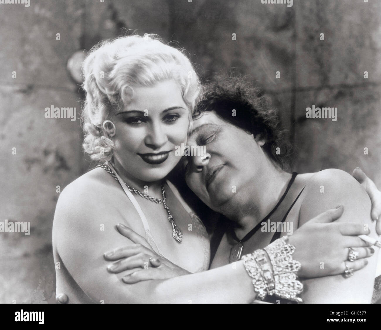 NIGHT AFTER NIGHT USA 1932 Archie Mayo Maudie Triplett (MAE WEST), Miss Mabel Jellyman (ALISON SKIPWORTH) Regie: - Stock Image