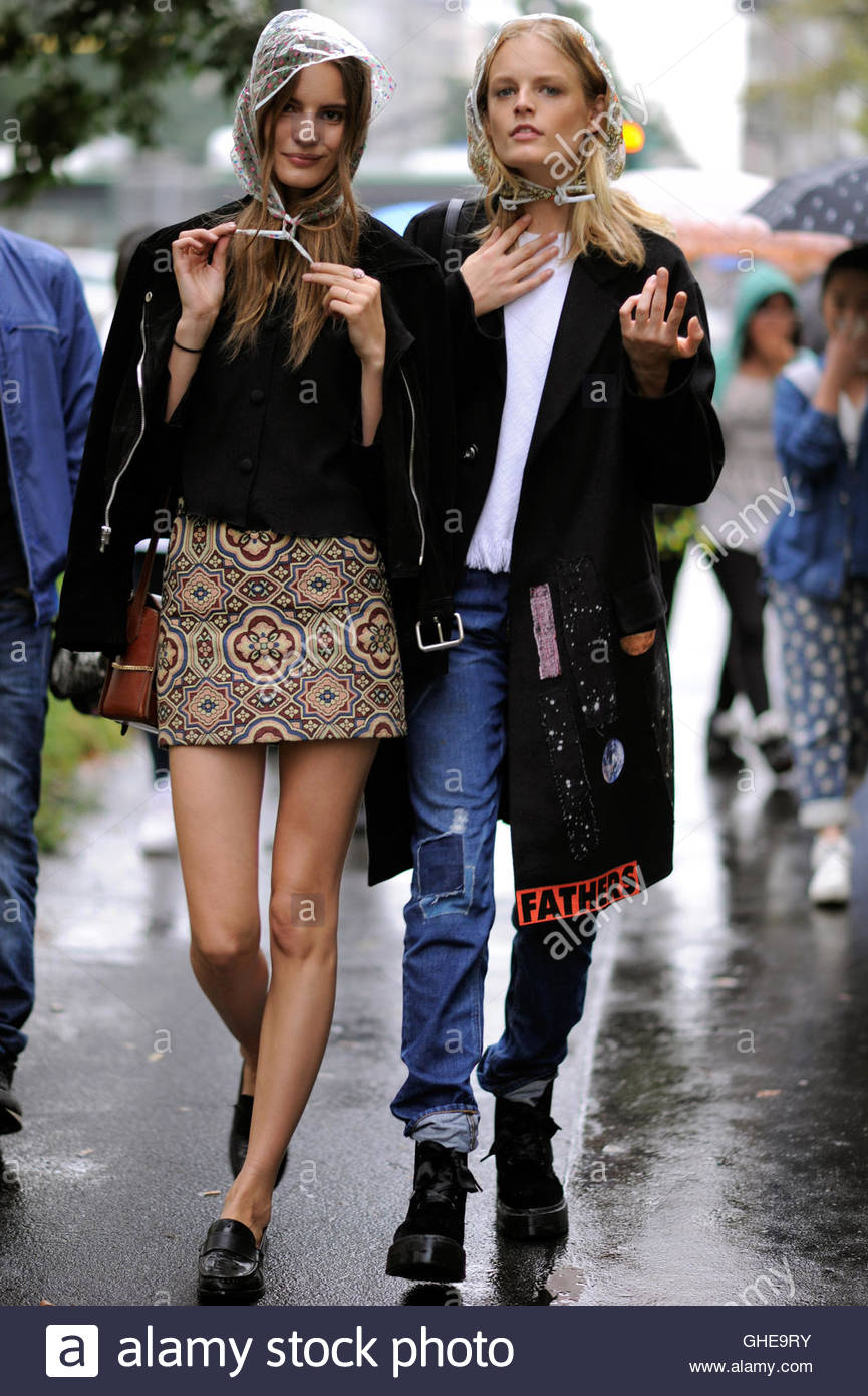 Models off duty Hanne Gaby Odiele and Tilda Lindstam in the rain during Milan Fashion Week. - Stock Image
