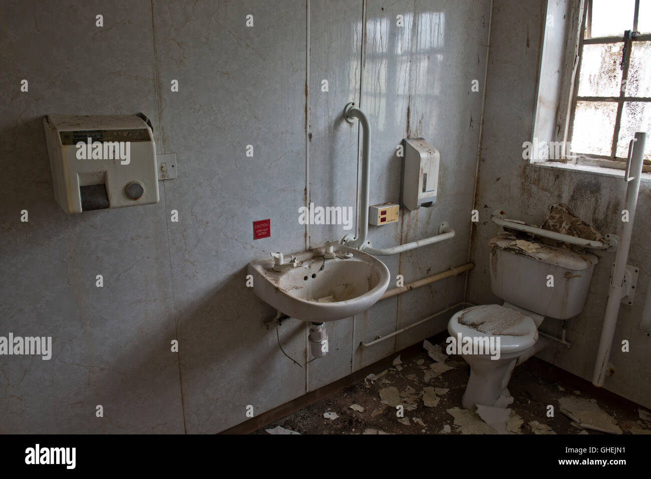 Dirty toilet inside De Salis Hall Within the closed Harperbury Hospital complex. - Stock Image