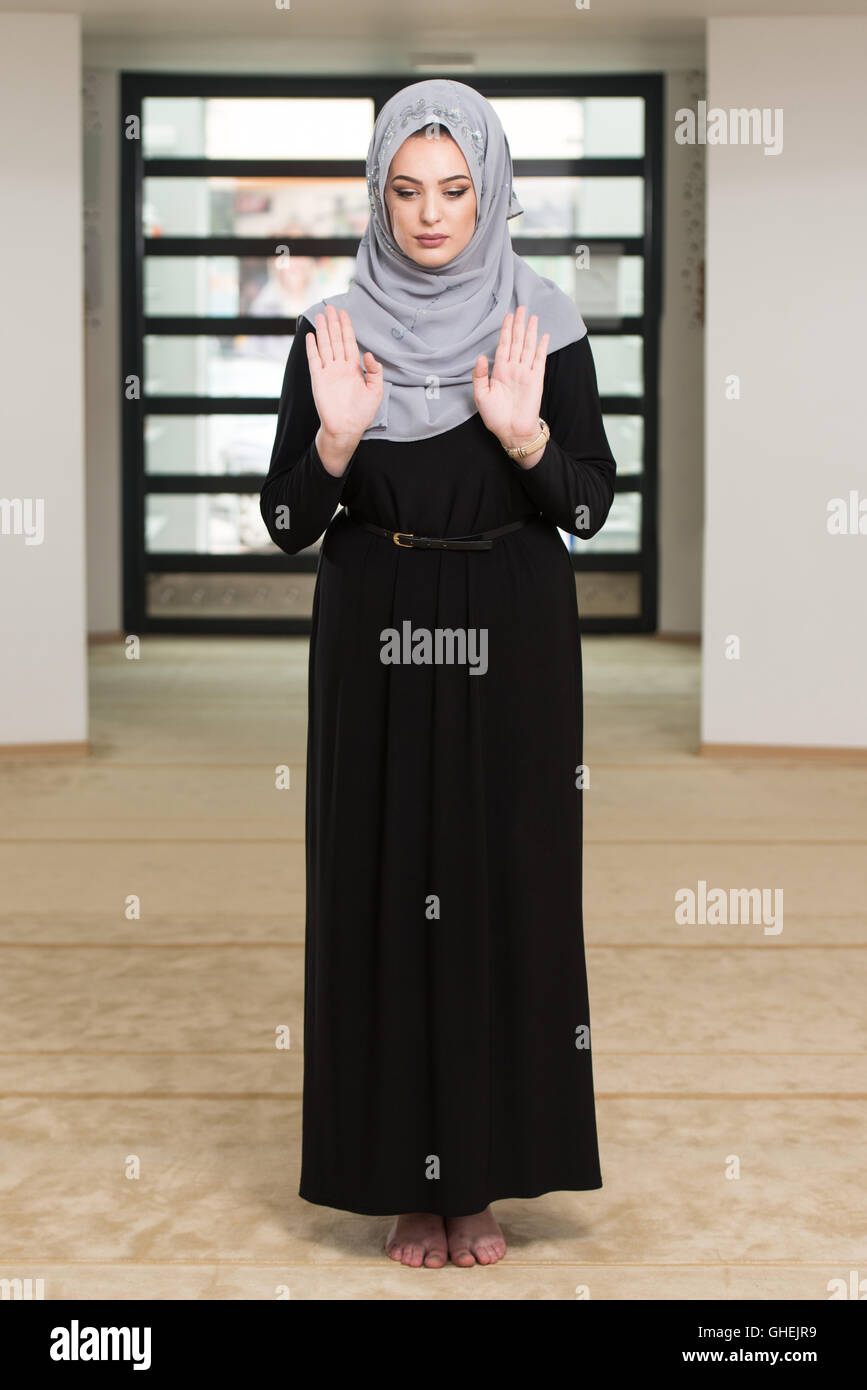 What does Muslim woman wear while praying?