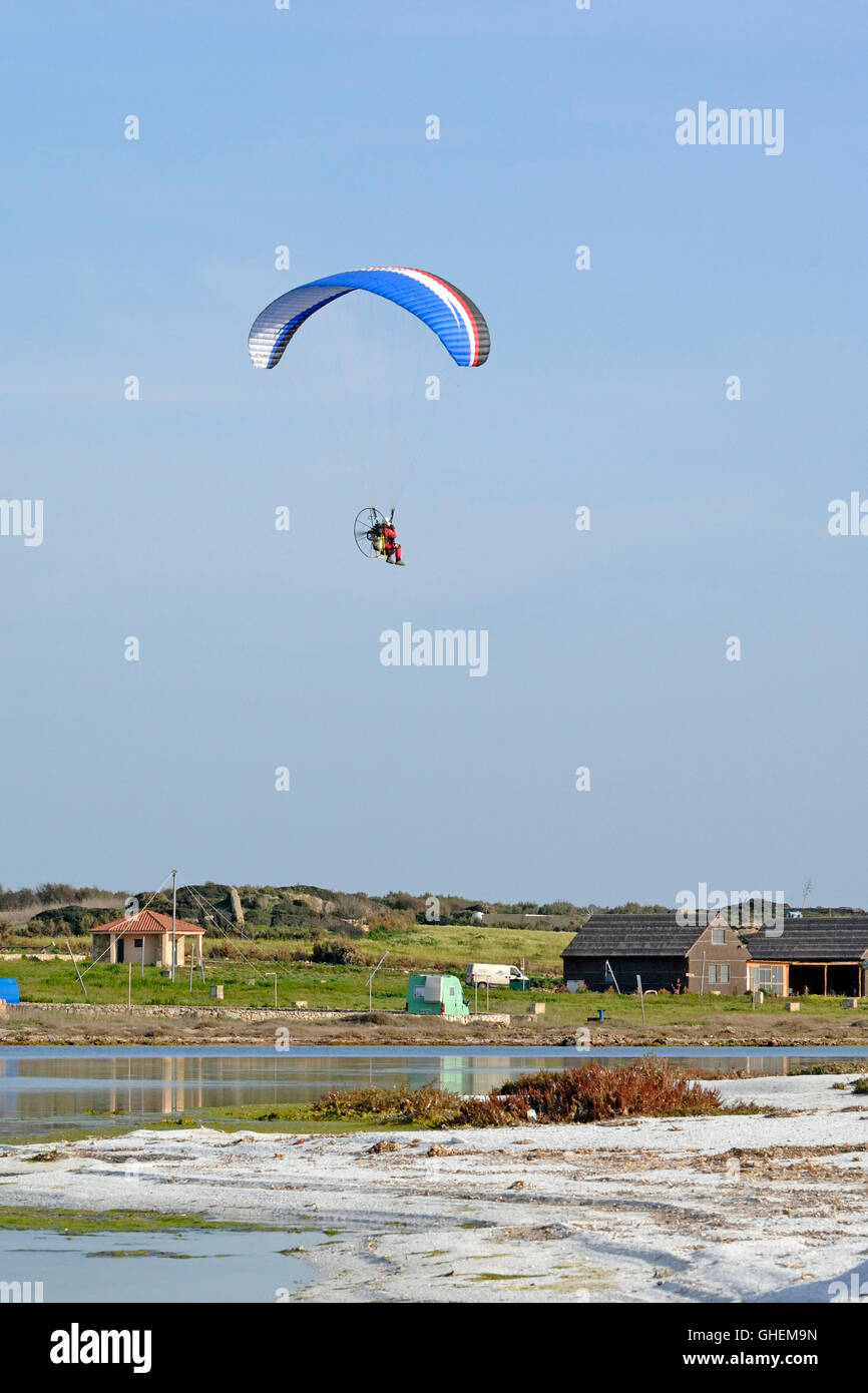 Paragliding Over Water Stock Photos & Paragliding Over Water Stock Images - Alamy