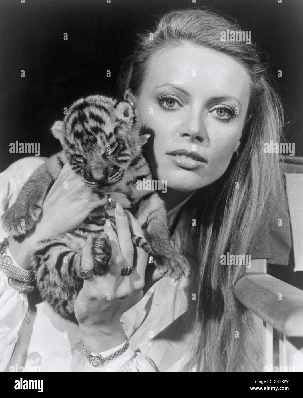 OCTOPUSSY UK/USA 1983 John Glen Magda (KRISTINA WAYBORN) with Tiger Baby, the confidante of an Afghan prince and Octopussy's trusted aide. Regie: John Glen