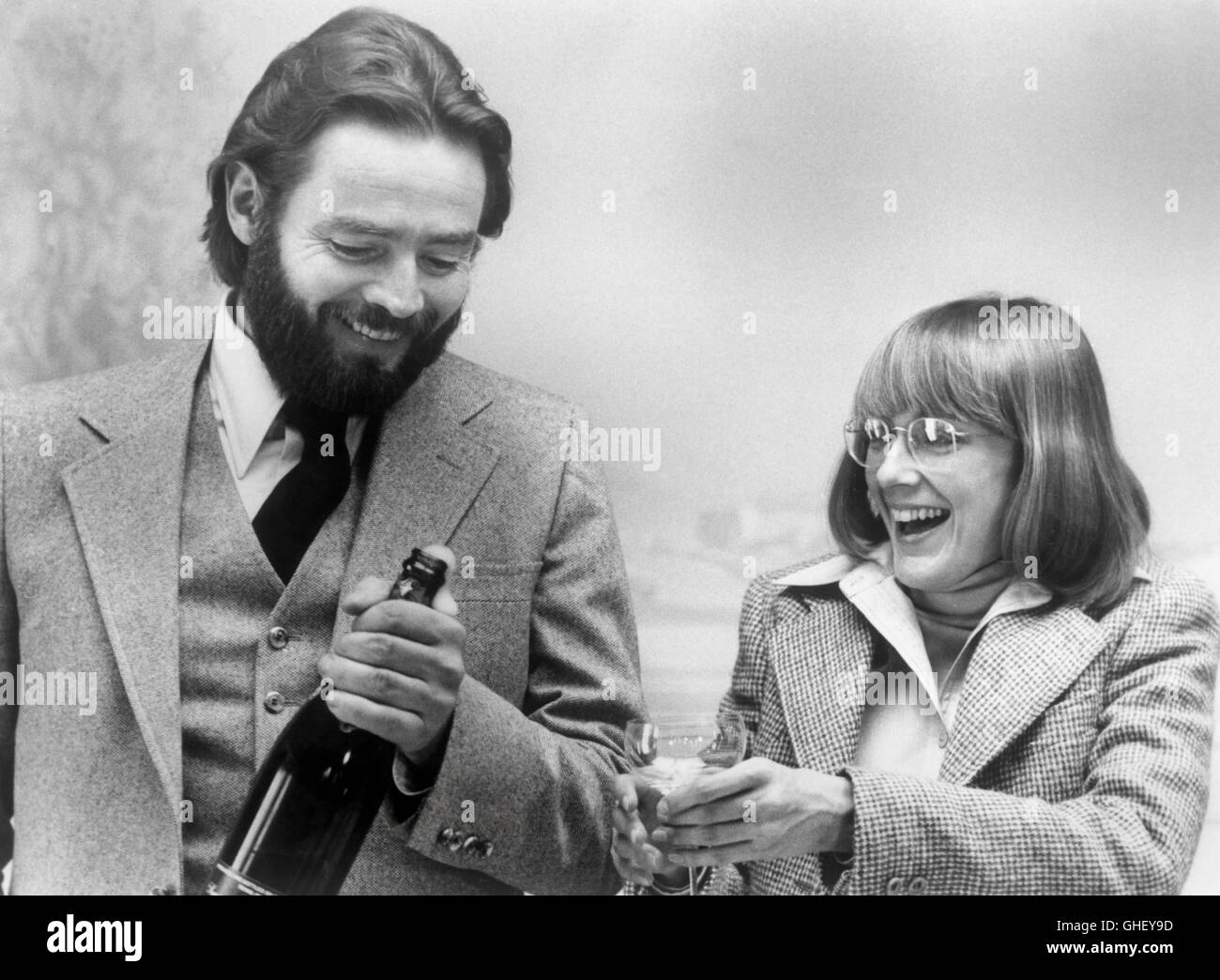 INTERIORS USA 1978 Woody Allen Frederick (RICHARD JORDAN) And Joey (MARY  BETH HURT) Break Open Some Bubbly For A Family Celebration. Regie: Woody  Allen