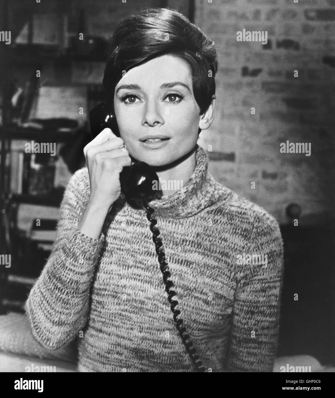 WAIT UNTIL DARK USA 1967 Terence Young AUDREY HEPBURN as blind Susy Hendrix on the phone. Regie: Terence Young - Stock Image