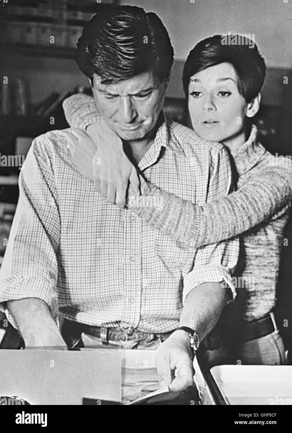 WAIT UNTIL DARK USA 1967 Terence Young EFREM ZIMBALIST JR. as Sam Hendrix, AUDREY HEPBURN as blind Susy Hendrix - Stock Image