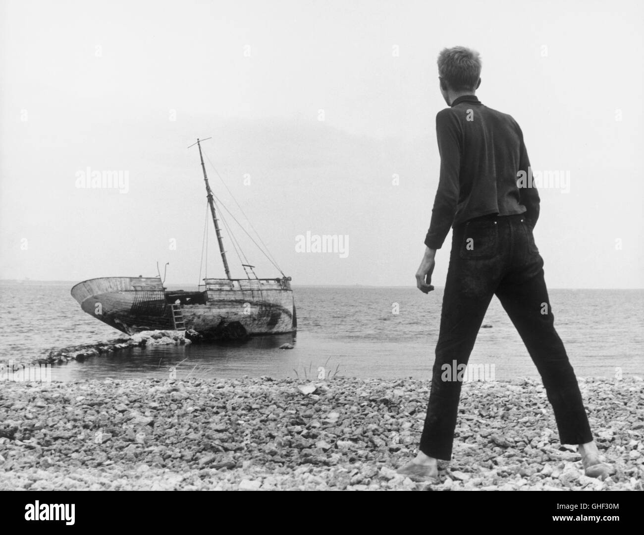 WIE IN EINEM SPIEGEL Sasom i en spegel Schweden 1961 Ingmar Bergman LARS PASSGARD (Fredrik/Minus), background: abandoned Stock Photo