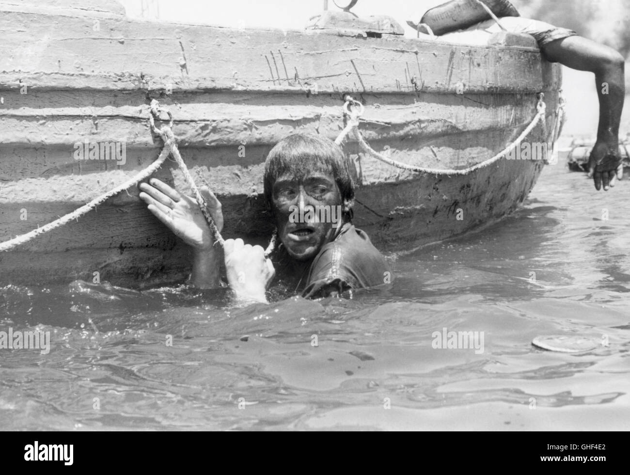 MURPHY'S WAR UK/USA 1971 Peter Yates Murphy (PETER O'TOOLE) tries to scramble aboard a lifeboat after the - Stock Image