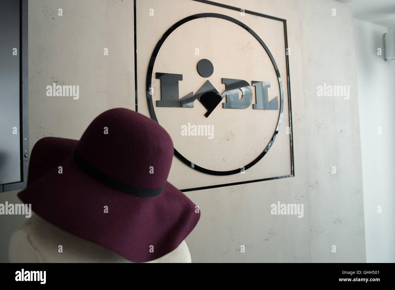 Hamburg, Germany. 7th Sep, 2016. A hat from Lidl's fashion line is presented in a pop-up store am Neuen Wall - Stock Image